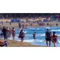 Paseantes playa Poniente Benidorm